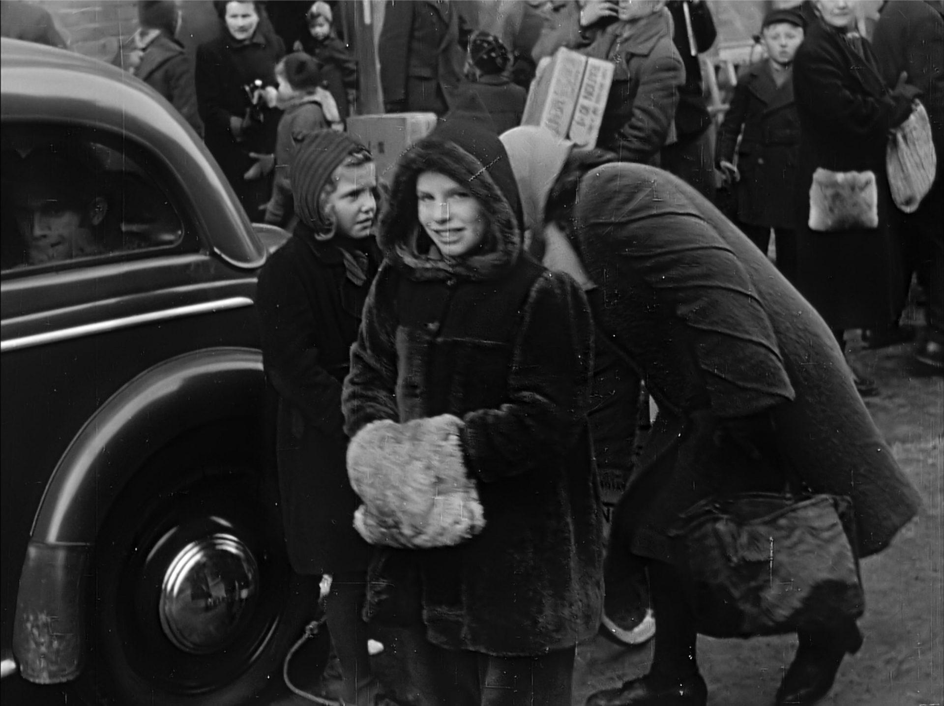Kinder 1945 mit Care Paketen