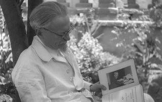 Leo Trotzki liest