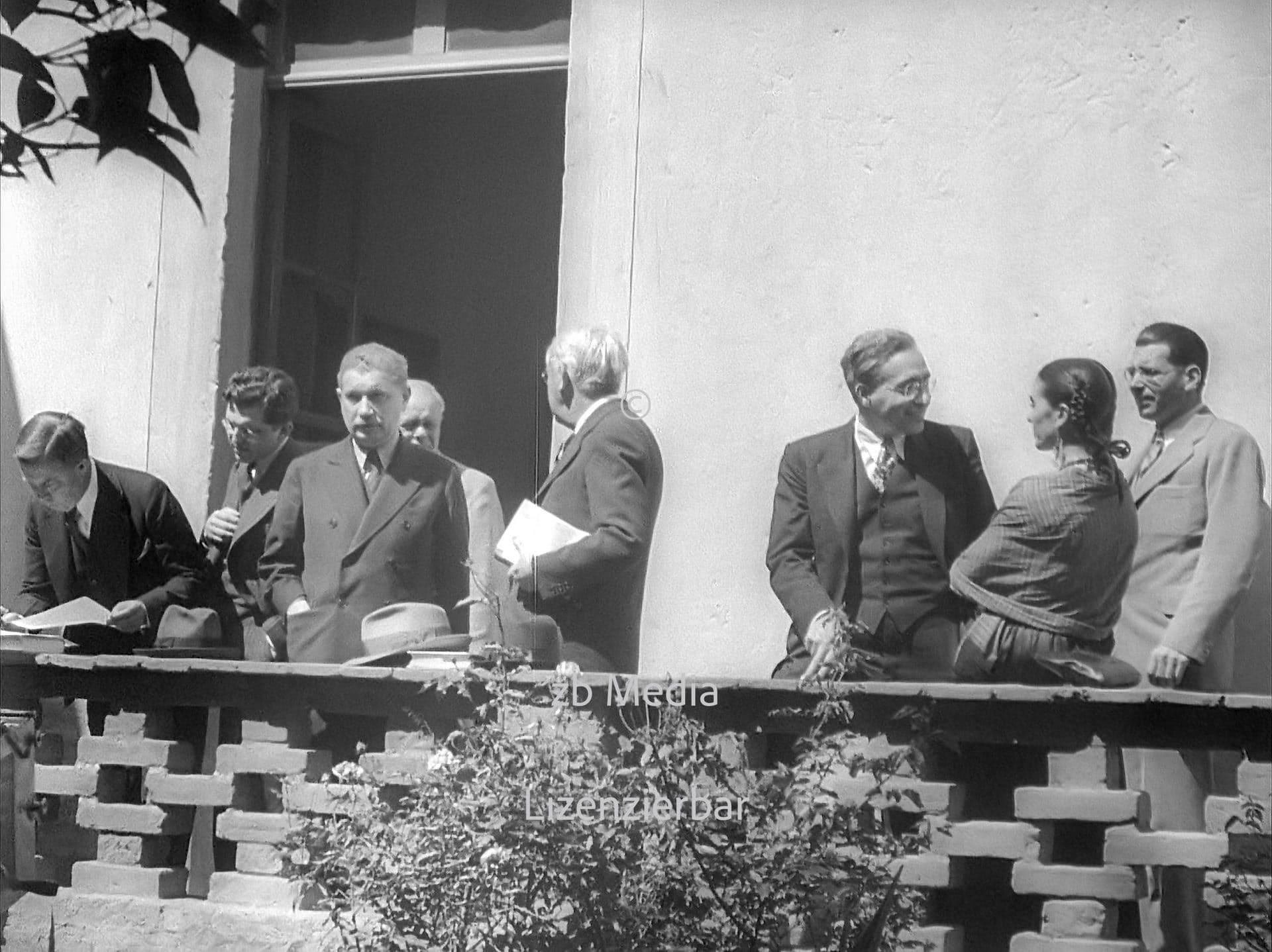 Frida Kahlo und Dewey Kommission auf der Terrasse der Casa Azul