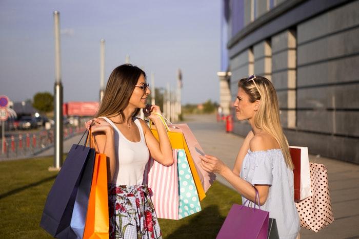 Piger på shopping