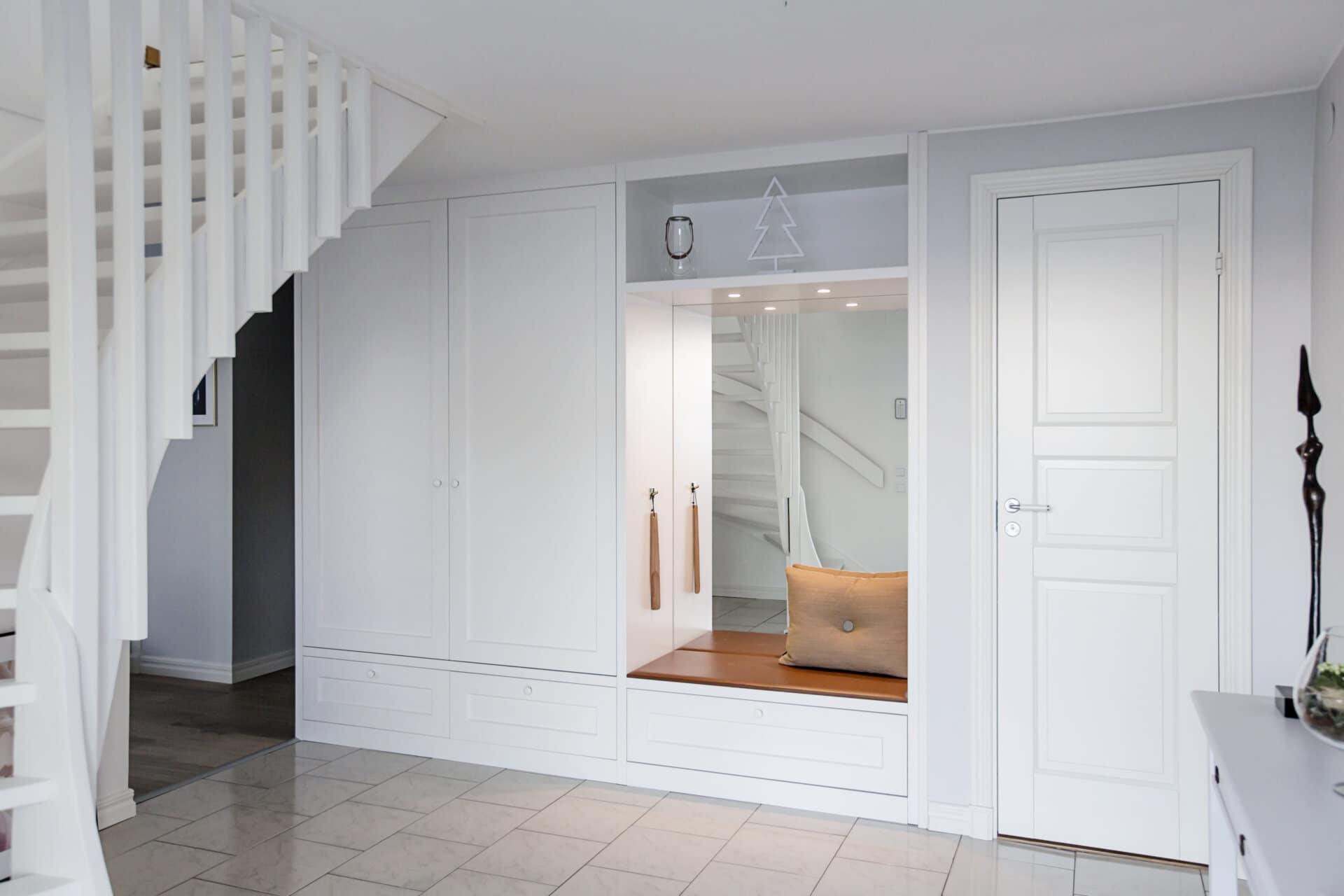 platsbyggd garderober hallförvaring ramlucka nyklassisk