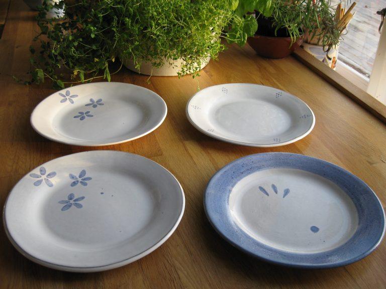 Tallrikar/assietter i blått och vitt med bredare kanter