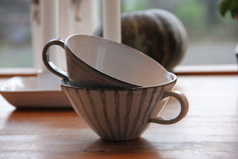 Vida kaffekoppar med handtag i grått och vitt