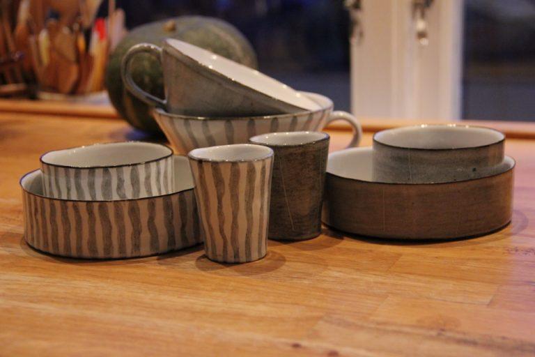 Keramik i grått och vitt