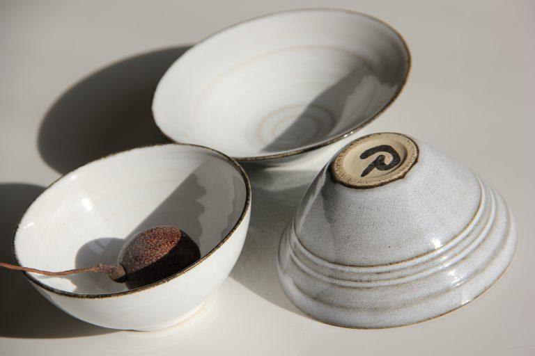 Små runda skålar i grått och vitt
