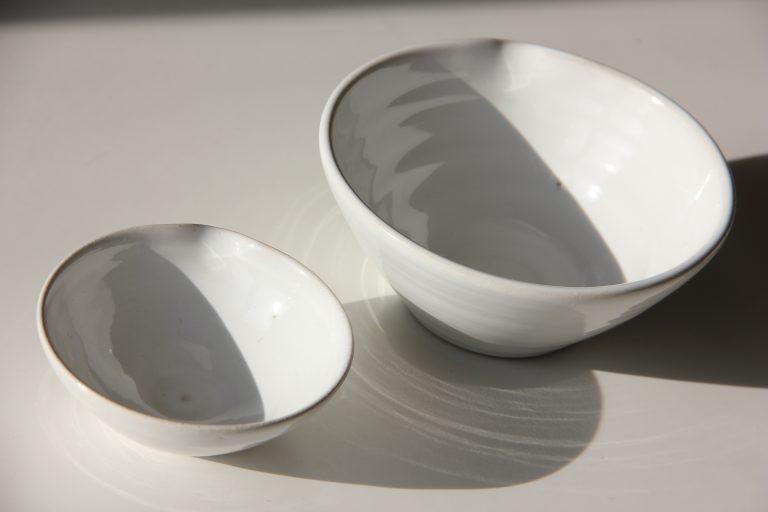 Små skålar i vitt