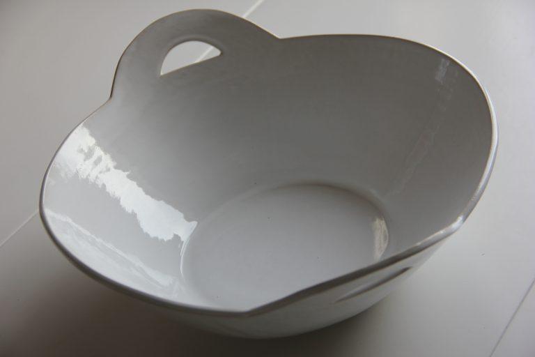 Vid salladsskål i vitt med handtag