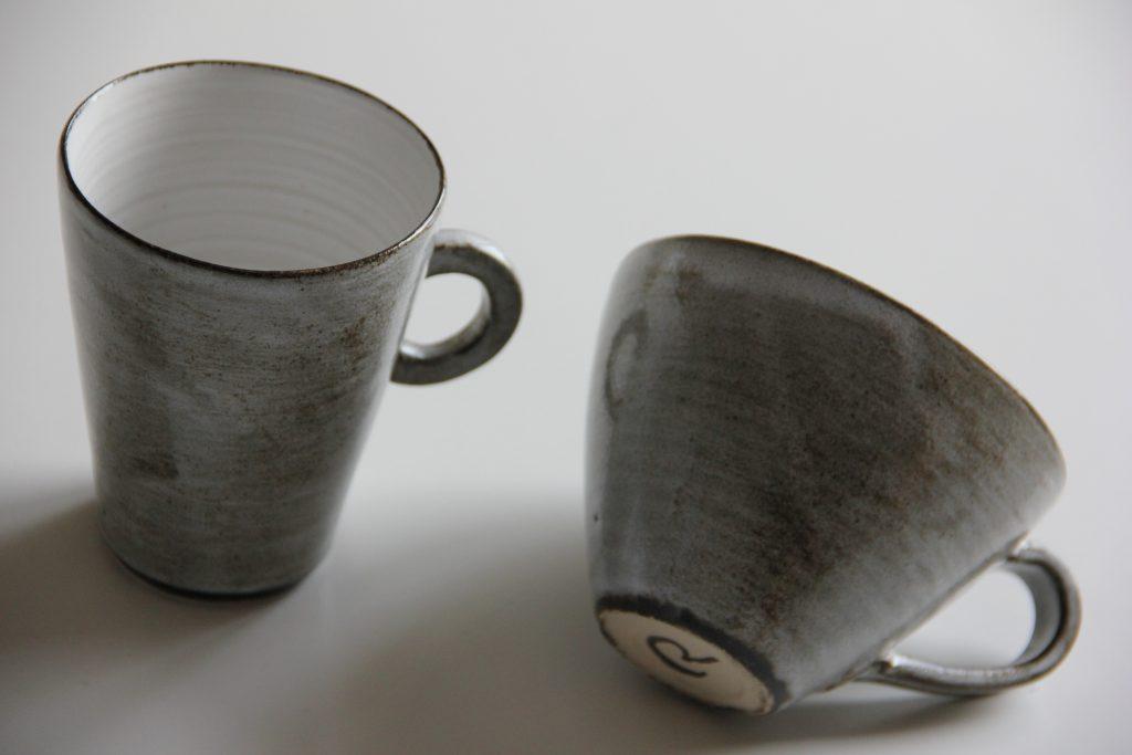 Koppar med handtag i grått och vitt
