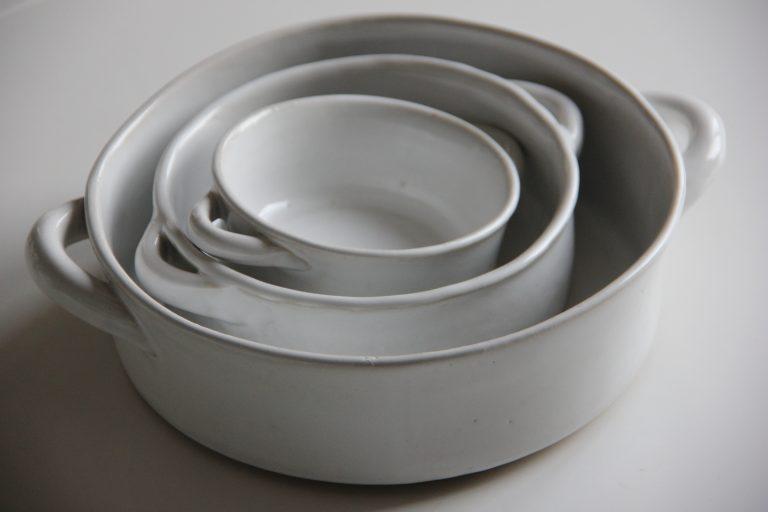 Mindre skålar i vitt med handtag