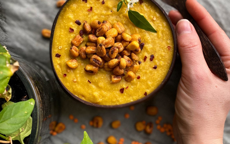 Linssoppa med curry och majs