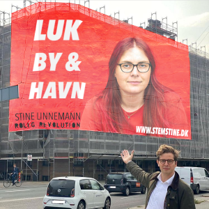 Alex Vanopslagh fra Liberal Alliance præsenterede stolt et enormt banner med ham selv. Så jeg lavede for sjov en ny version, hvor jeg i den tilhørende tekst lod som om, at det var en gave fra Liberal Alliance til mig, der stiller op til kommunalvalget '21 med borgerlisten Rolig Revolution.