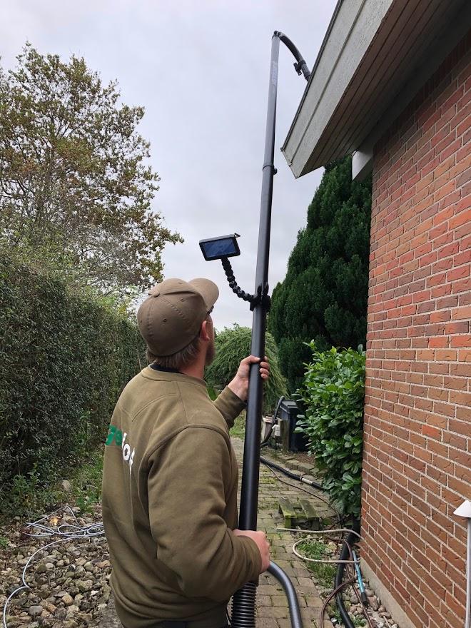 Støvsugning af tagrender i parcelhus