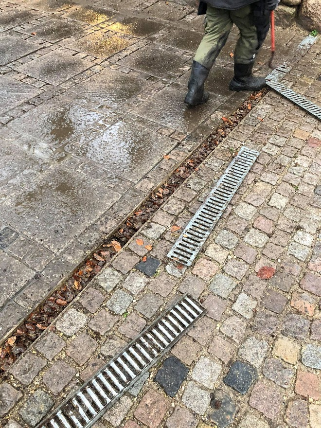 Dræn i indkørslen renes effektivt med støvsugeren