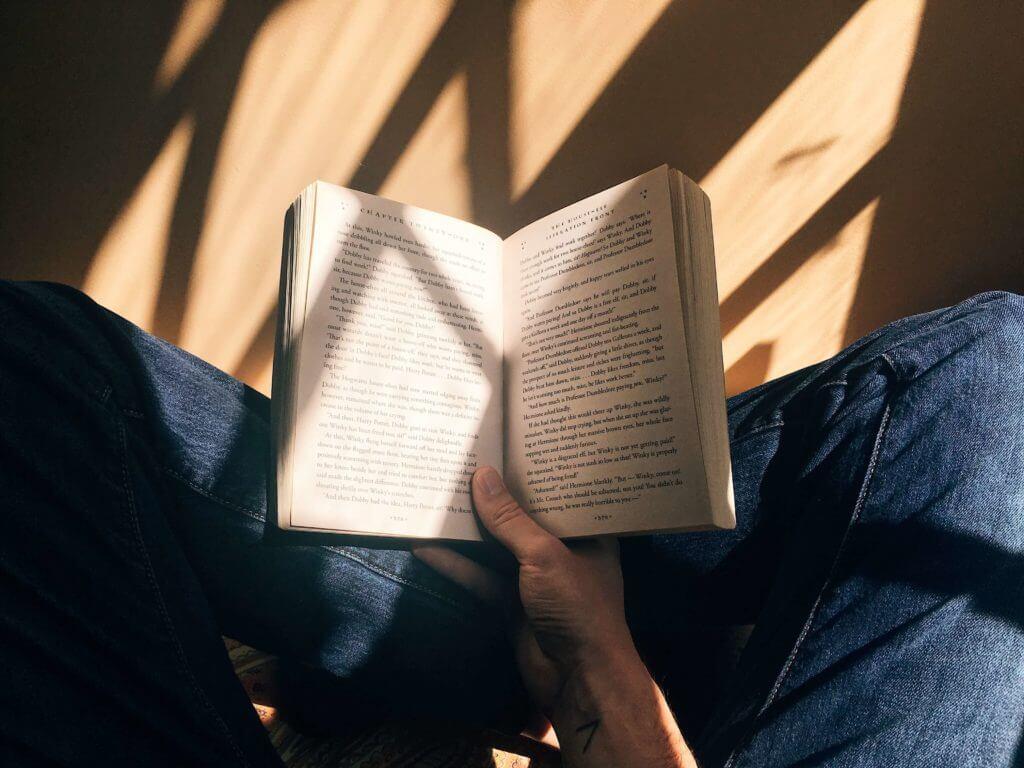 lire un livre avant de se coucher