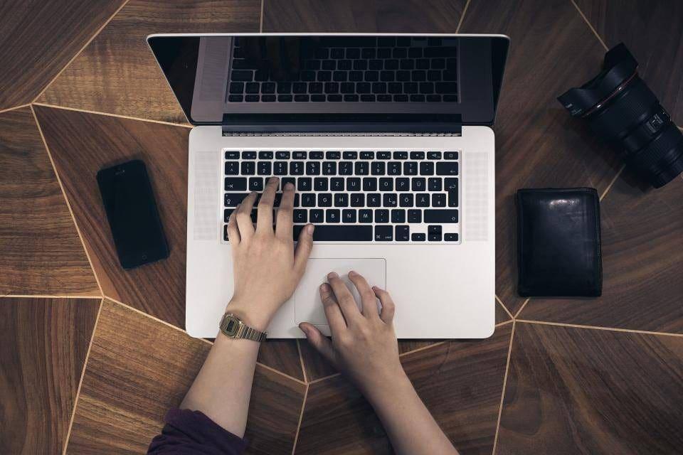 Stresset kvinde der arbejder på computer