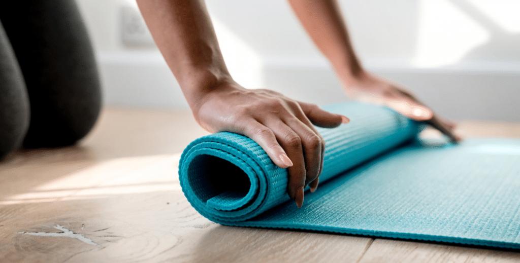 En yoga måtte, der rulles ud
