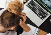 Billede af arbejdsrelateret stress i virksomheder i from af stresset medarbejder