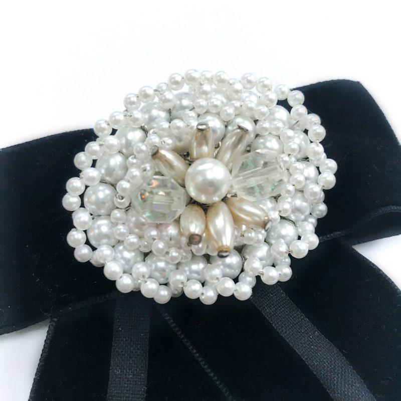 Vintagebrosch vita pärlor diamanter svart sammetsband