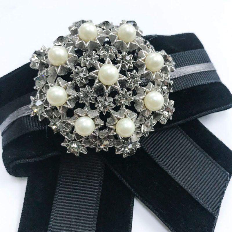 Vintagebrosch vita pärlor svartsammet