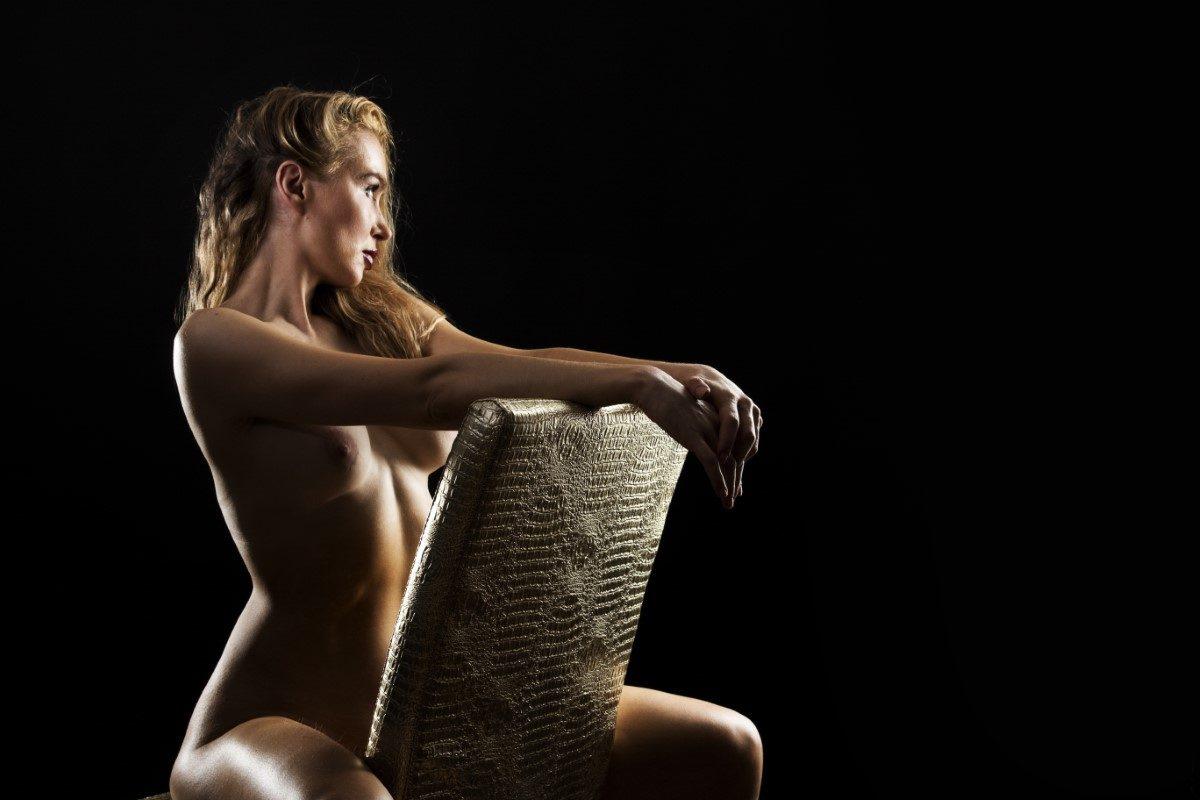 Akt-Fotografie auf Stuhl