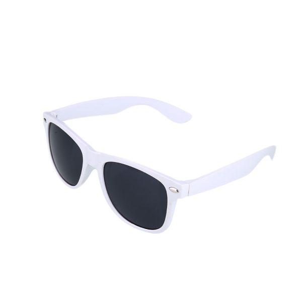 Hvid Wayfarer solbrille med sort glas.