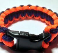 Orange og blå armbånd.