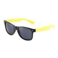 Sort Wayfarer solbrille med gule stænger.