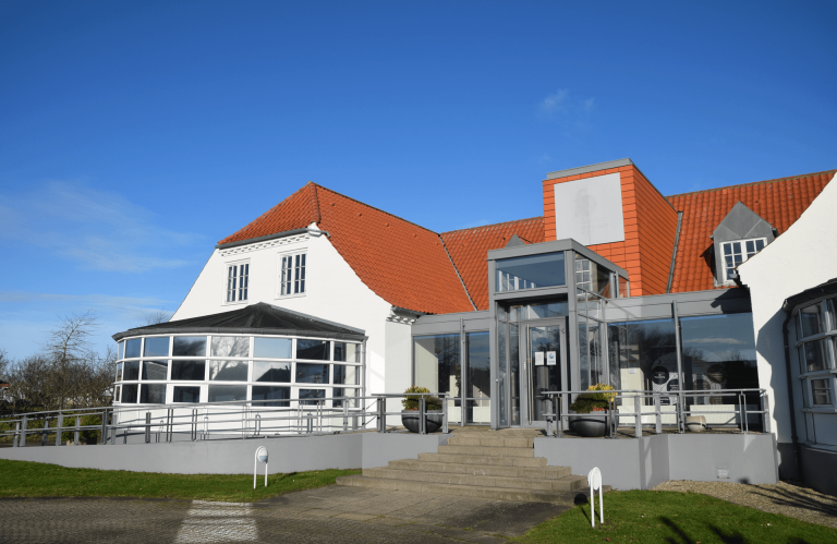 SundbyHus facade og hovedindgang fra parkeringspladsen