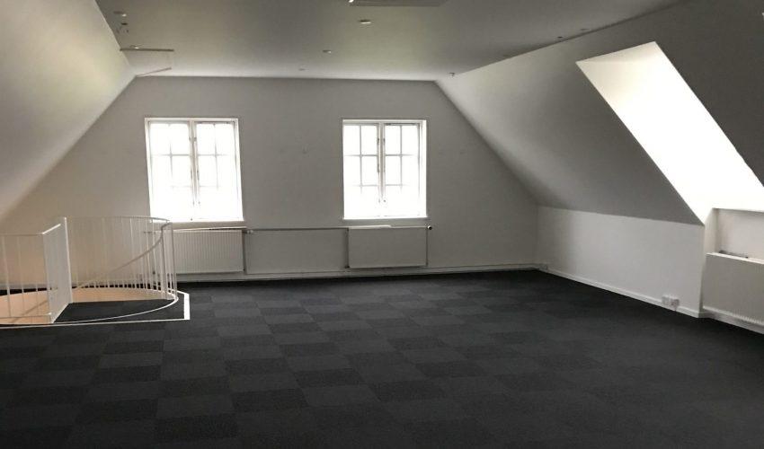 Tomt og nyrenoveret kontorlokale