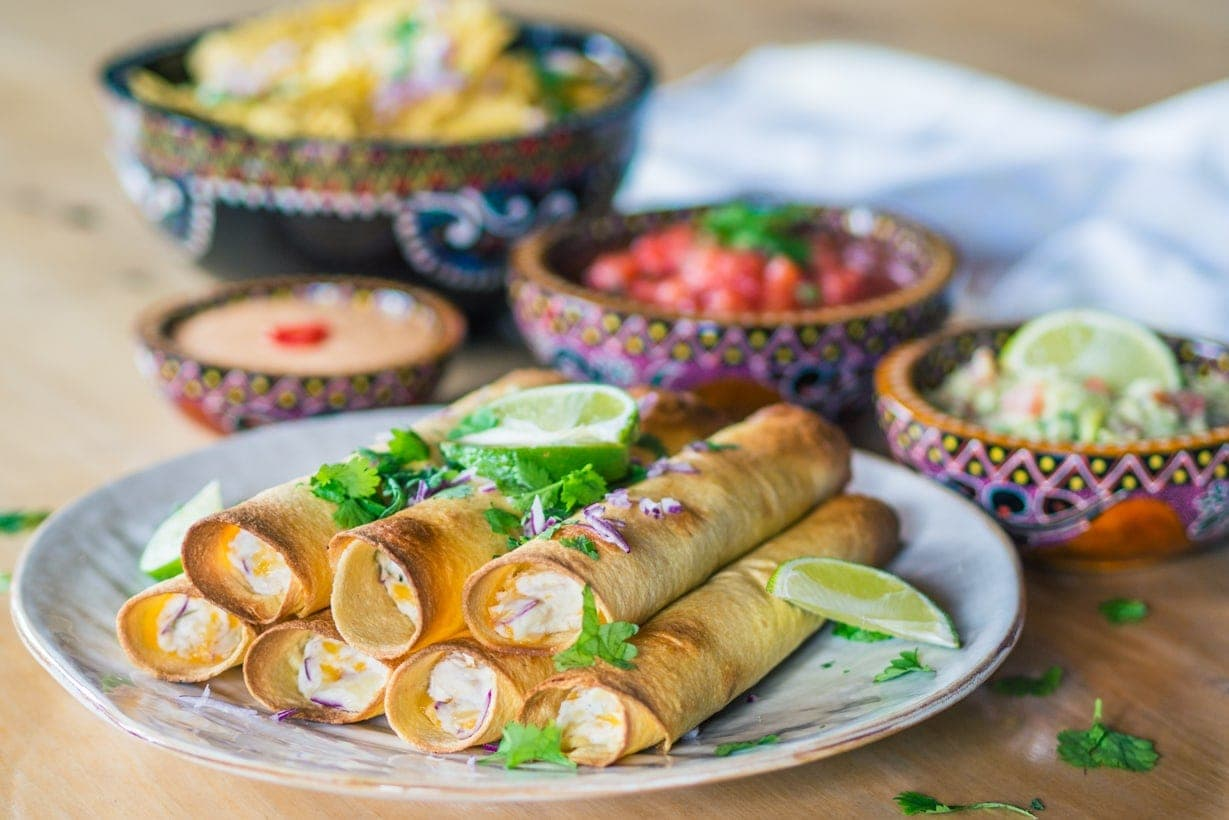 Baked creamy taquitos with chipotle mayo, salsa and guacamole - Easy recipe