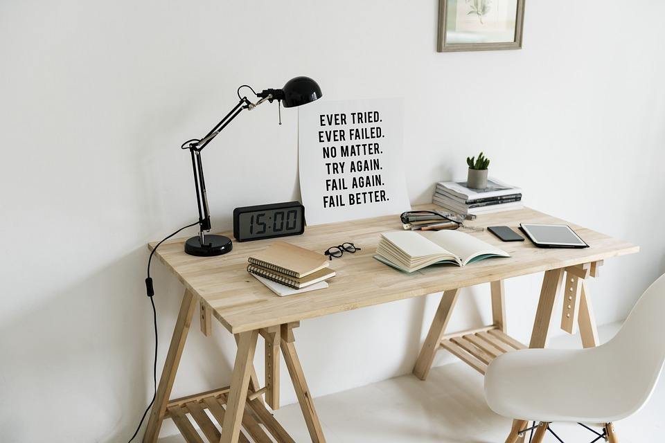Skrivebord med ting