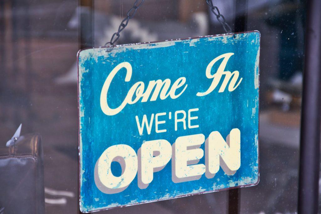 Skilt viser at butikken har åbent