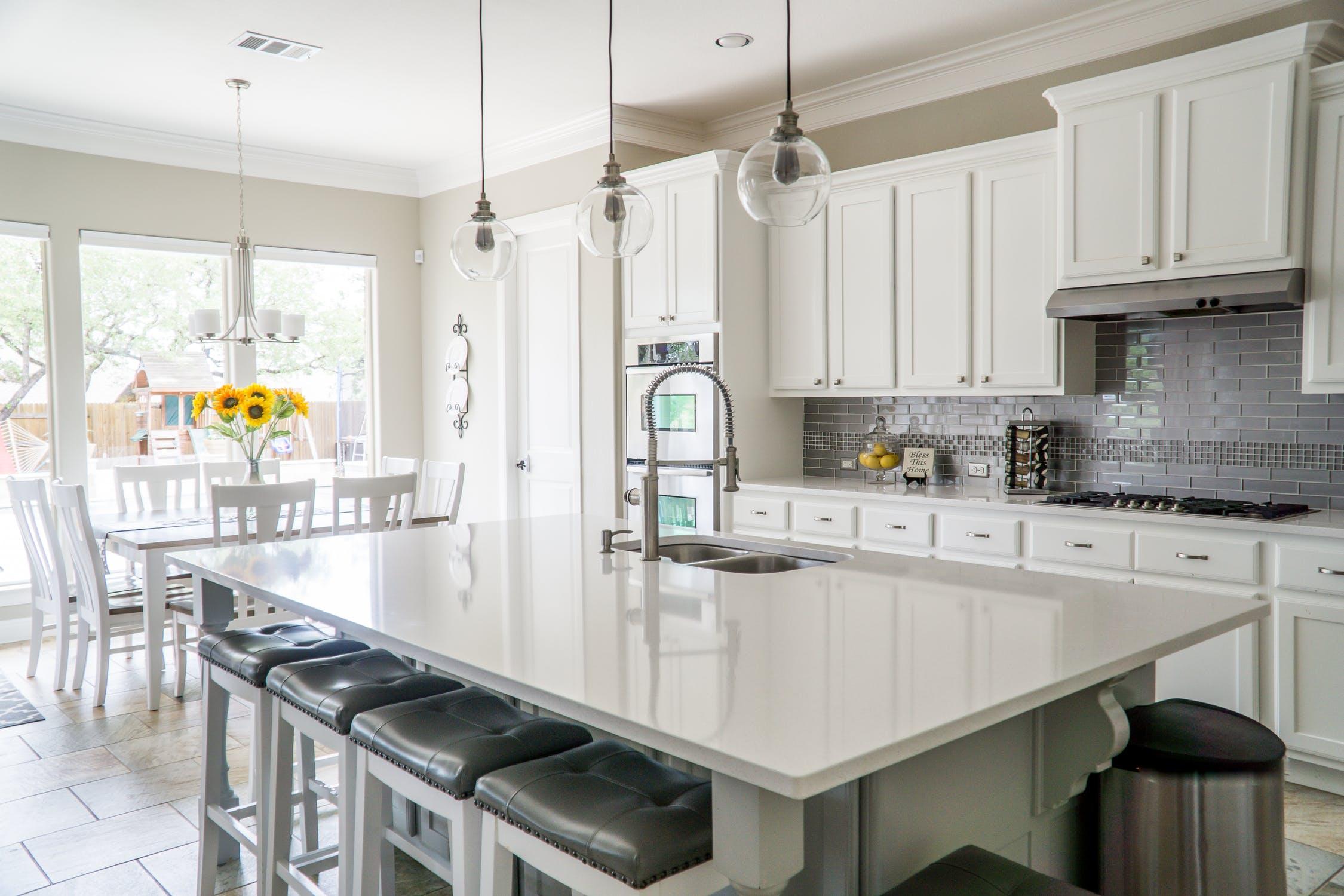Et minimalistisk, hvidt køkken