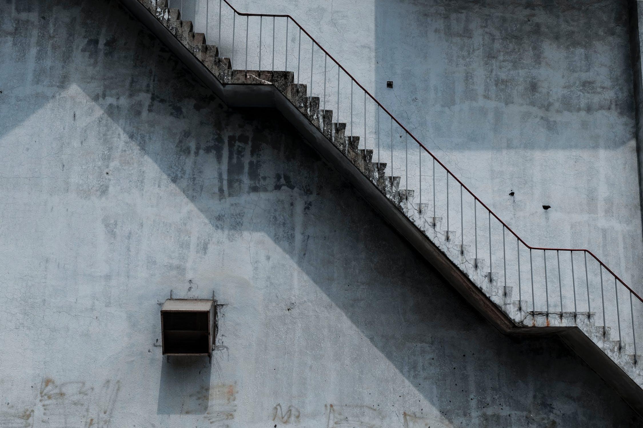 Rå væg og trappe