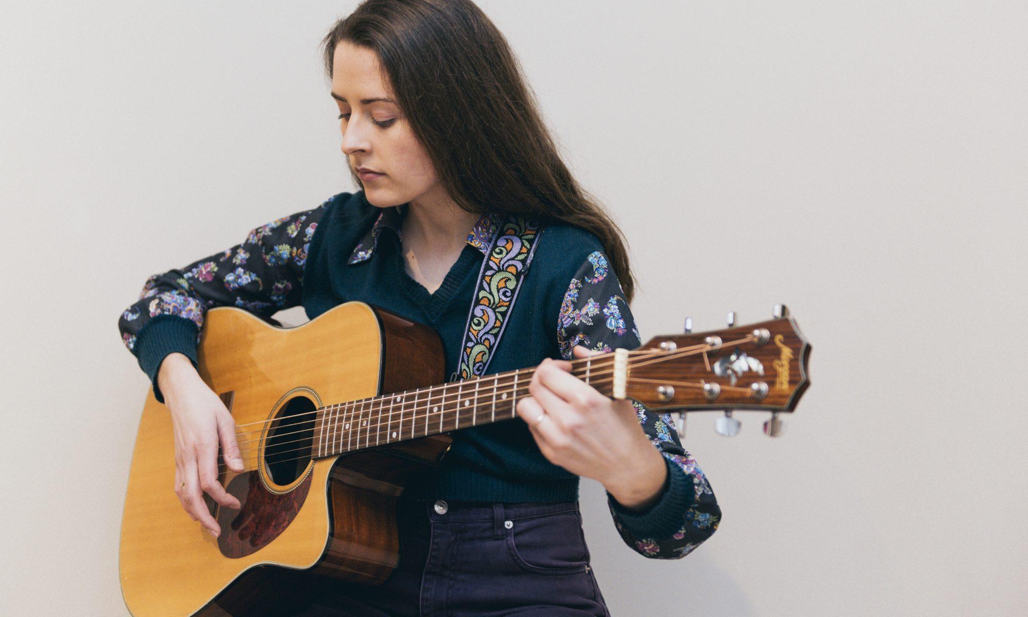 Susanne Thauland spiller gitar