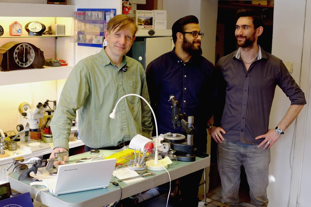 Fra venstre: urmaker Erik Sutterud, lærling Ameer Harris Khan og urmaker Simen Solvold