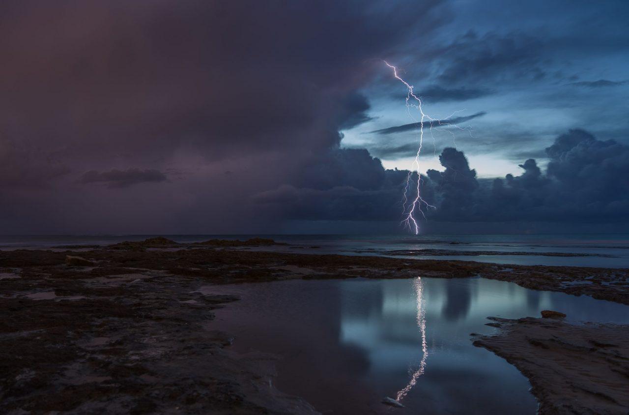 "EMS Europhotometeo 2019. Här ""Storm is coming"", Pavel Bernshtam, Palmachim beach, Israel, 23/11 2018."