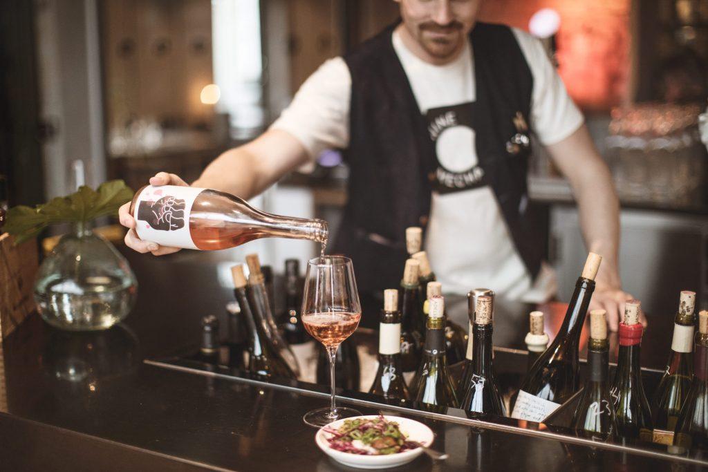 bartender serverar vin på wine mechanics