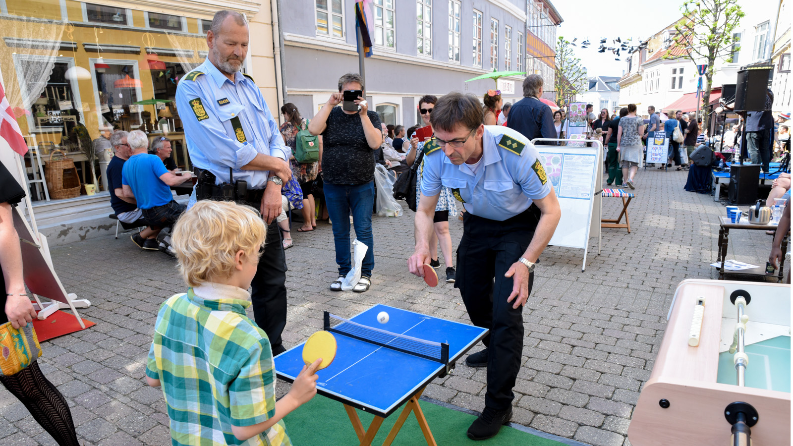DSC_5889 - Gadefest betjent spiller bordtennis
