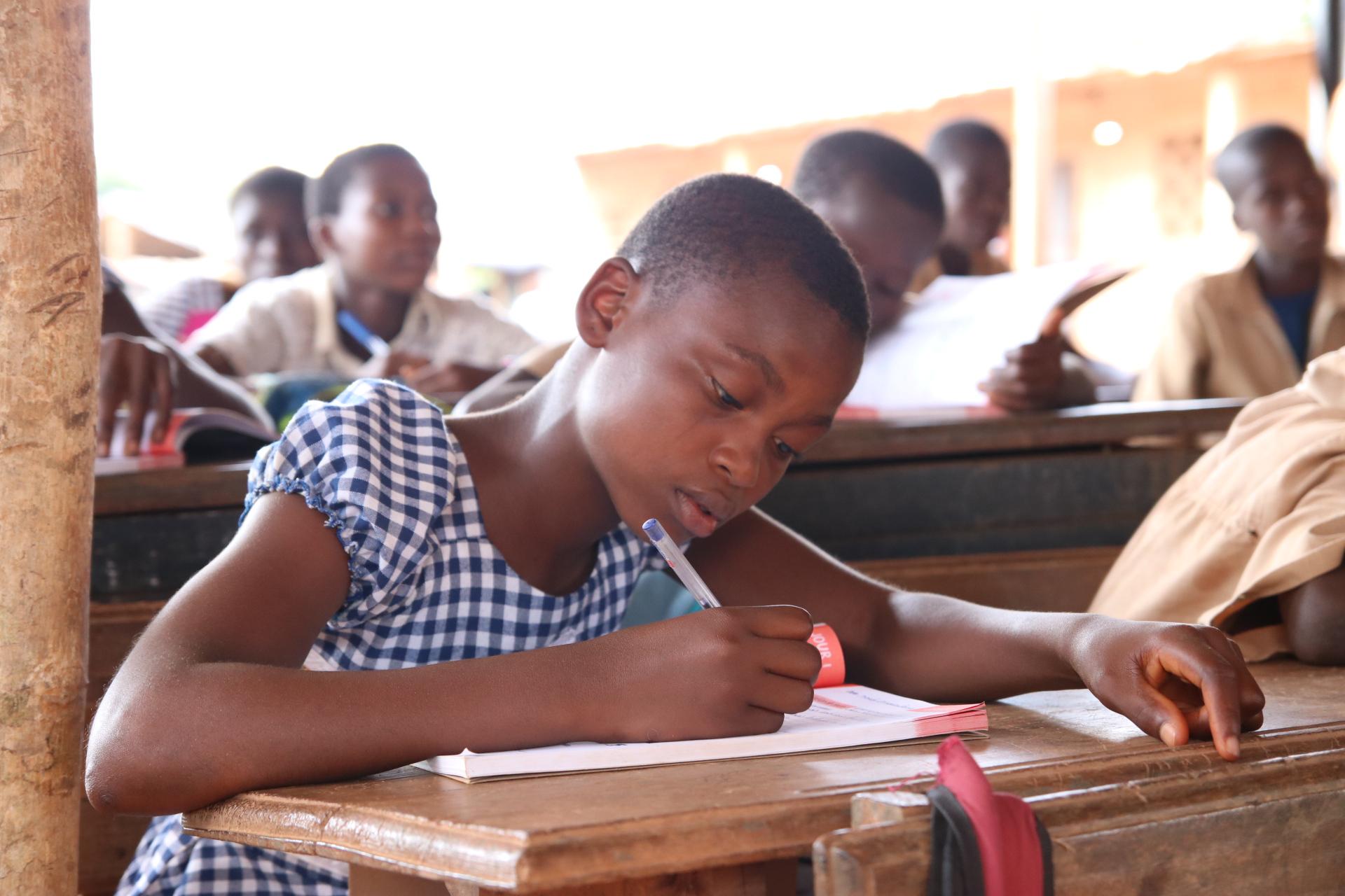 Fille inscrite en classe de CM2 à l'école de Tollakro en Côte d'Ivoire - Sylmanolo