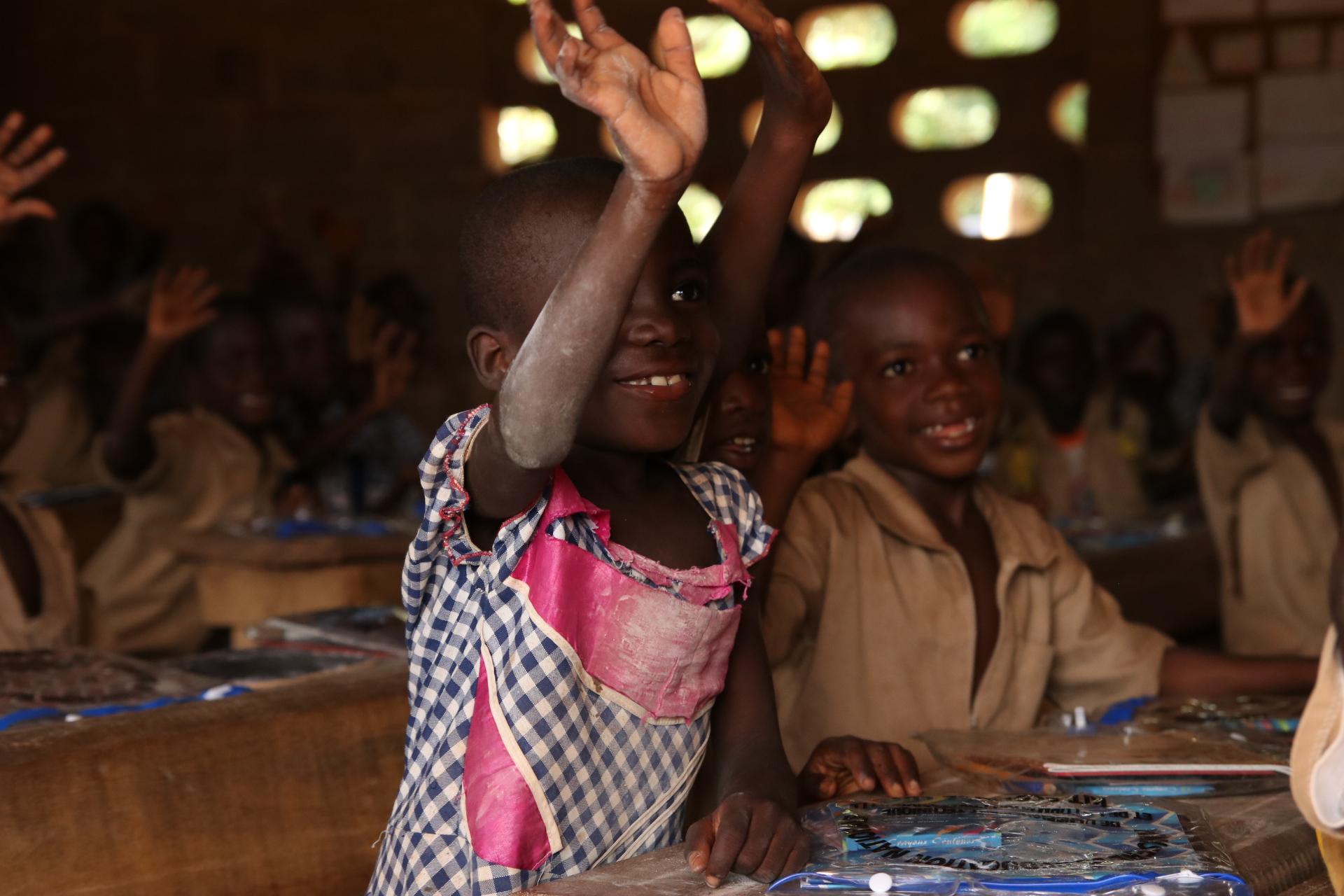 Elève fille qui prend part aux cours en classe de CE1 à l'école de Tollakro en Côte d'Ivoire - Sylmanolo