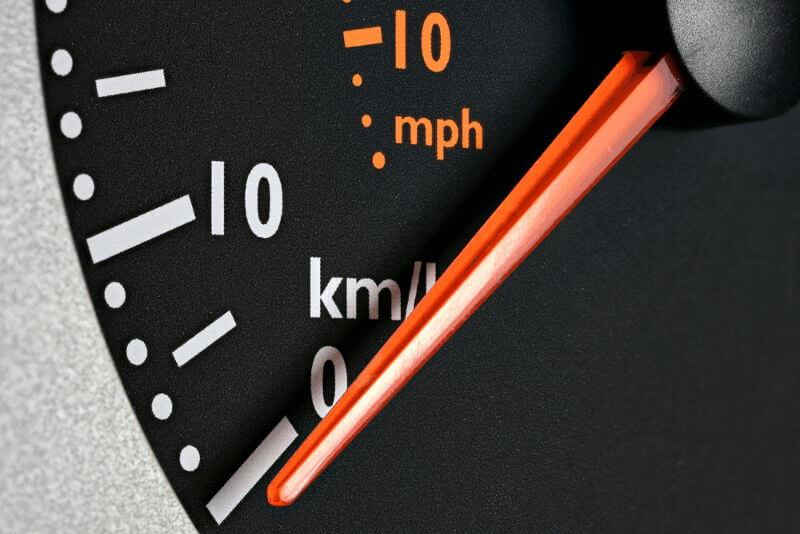 Hosting lento - Lentitud - Servidor lento - Imagen ilustrativa con un cuentakilómetros