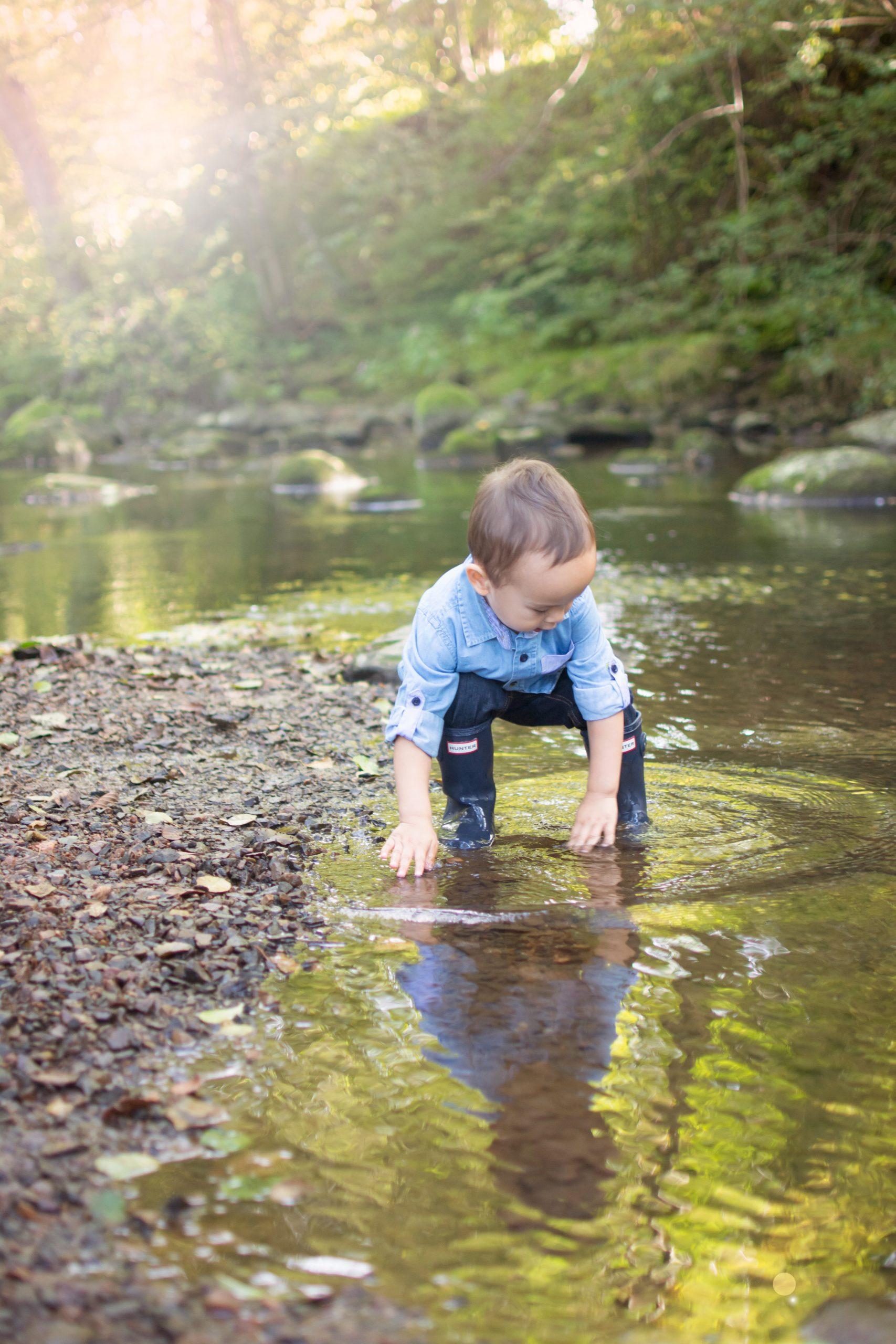 Barn i vattenbrynet
