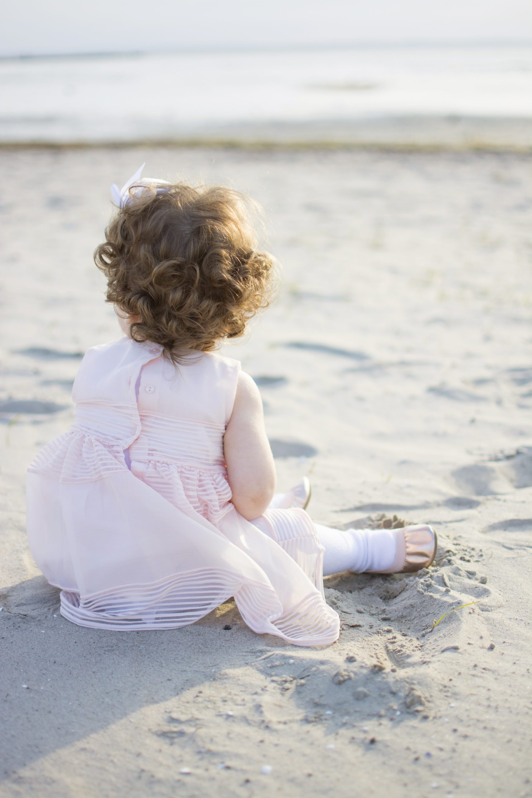 Barn som tittar ut över havet