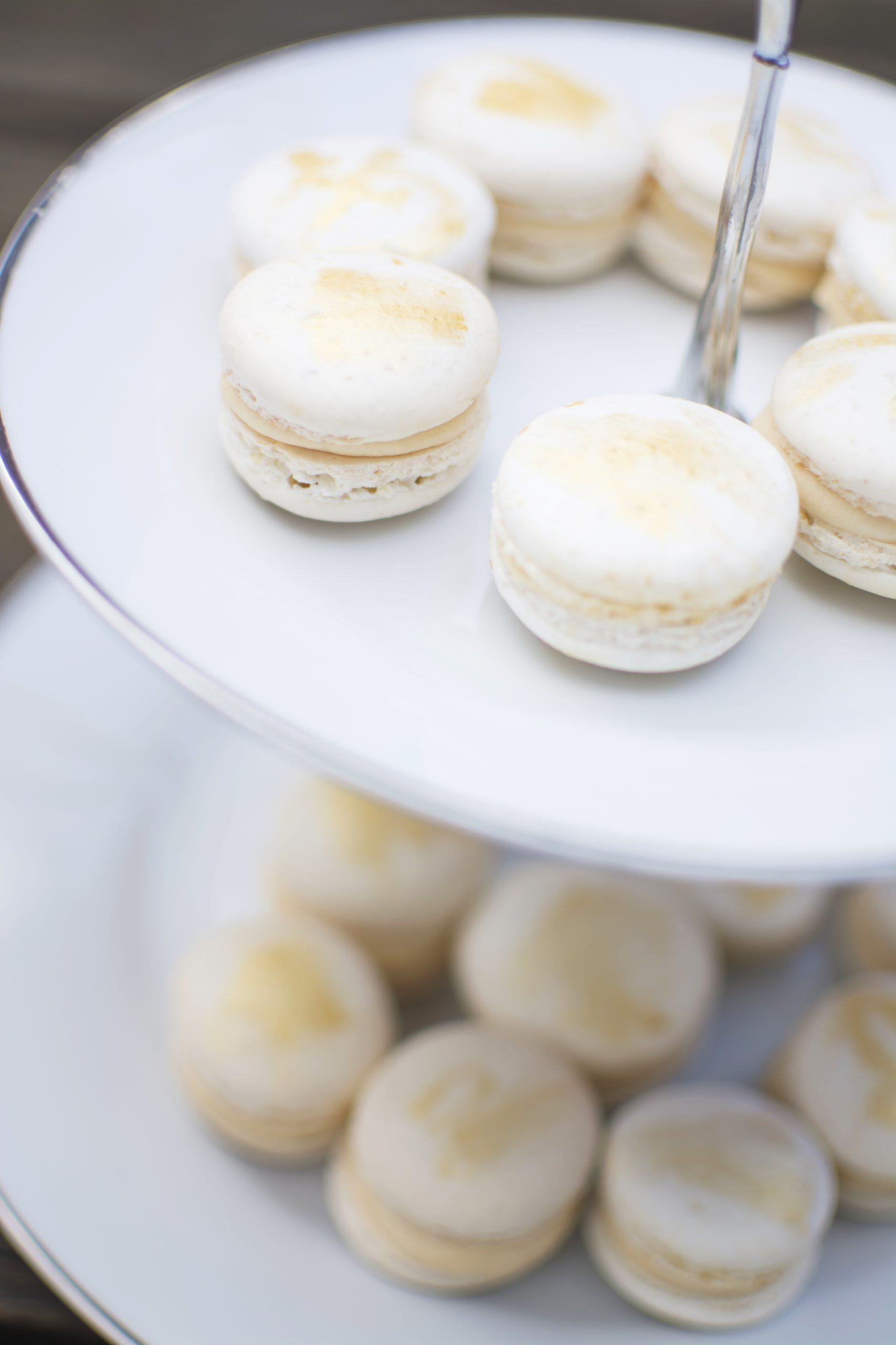 Macarons på ett kakfat