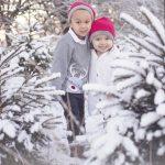 Två barn i vinterlandskap