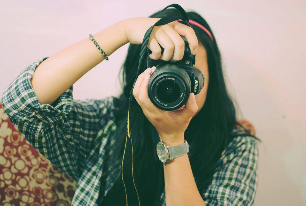 Tanja håller i en kamera