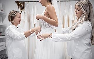 TeamBraut bei einer Brautkleid-Anprobe