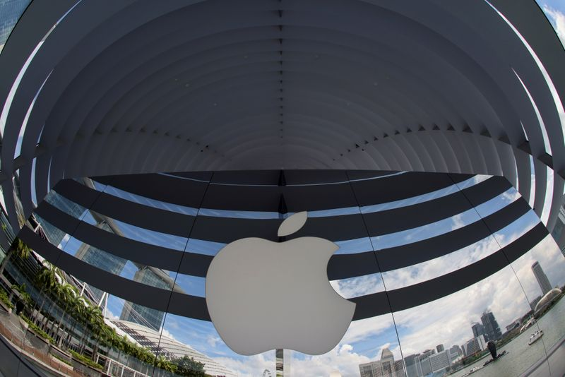 © Reuters. FILE PHOTO: A logo of Apple is seen outside at the upcoming Apple Marina Bay Sands store in Singapore