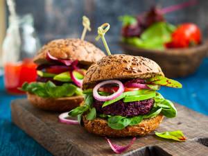 veggie burger, beetroot quinoa  Copyright Sarsmis